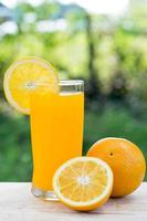 suco de laranja e fatias de laranja isoladas foto