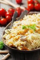 pliaw uzbeque tradicional com cenoura e cebola foto