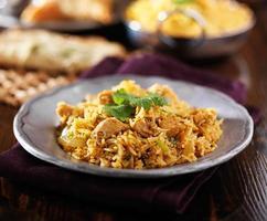 prato de biryani de frango indiano foto
