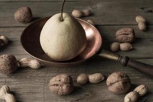 pera com maçãs em um fundo marrom. foto