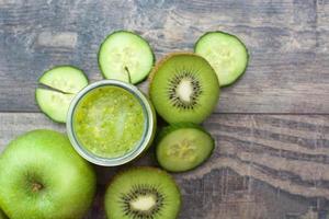 smoothie verde com pepino, kiwi e maçãs foto