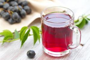 suco de uva e uvas maduras foto