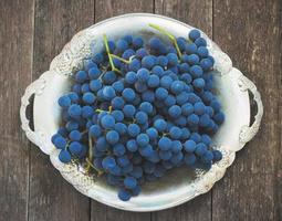 uvas em uma mesa de madeira foto