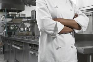 meio do chef com os braços cruzados foto
