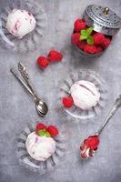sorvete caseiro de bagas com framboesas frescas foto
