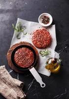 Costeletas de bife de hambúrguer de carne moída crua foto