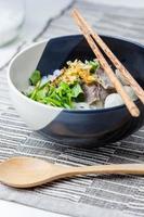 macarrão de carne estilo asiático em sopa foto