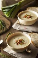 sopa caseira cremosa de batata e alho-poró foto