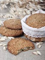biscoitos de aveia em uma cesta e espigas de aveia.