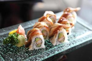 sushi maki de enguia e abacate