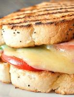 sanduíche grelhado de derreter queijo foto