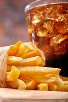 batatas fritas e coca-cola com gelo foto