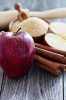 assar uma torta - maçãs, açúcar e canela