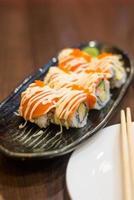 rolo de sushi japonês de frutos do mar