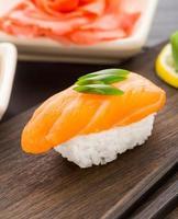 sushi nigiri com salmão