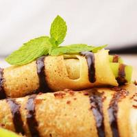 crepes de kiwi com calda de chocolate foto