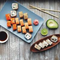 tipos diferentes de rolos de sushi foto