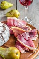 fatias de presunto italiano na placa de madeira