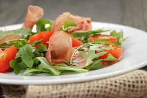 salada com rúcula de presunto e tomate