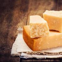 queijo parmesão gourmet em fundo de madeira fechar. foto
