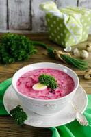 sopa de beterraba fria com ovo, pepino, batatas e verduras foto