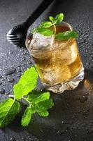 bebida cuba libre com hortelã e cola foto
