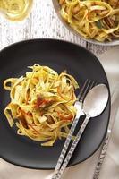 close-up espaguete e peixe frito foto