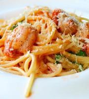 espaguete de macarrão delicioso com camarão e outros frutos do mar foto