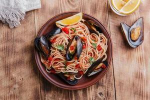 mexilhões com espaguete em molho de tomate foto
