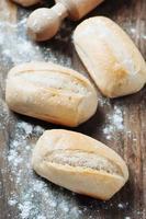 pão caseiro em cima da mesa foto