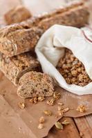 pão no fundo madeira foto