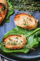 croutons de pão frito com timo foto