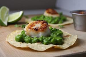 tacos de vieiras de molho verde saudável foto