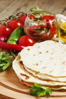 tortilla caseira no quadro com legumes foto