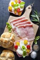 sanduíche com presunto, tomate cereja, azeitonas verdes e pretas, basi