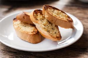 pão de alho no prato foto