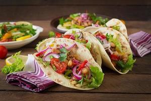 tacos mexicanos com carne, feijão e salsa foto