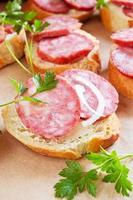 lanche com delicioso pão francês e linguiça defumada foto