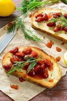 bruschetta com feijão vermelho, molho de tomate e endro