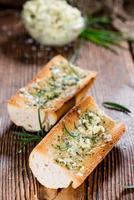 baguete (com manteiga de ervas e alho) foto