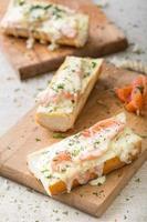 sanduíches de baguete com salmão foto