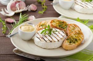 camembert grelhado com mini baguetes de ervas foto