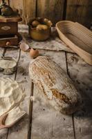 pão rústico caseiro, assado no forno foto