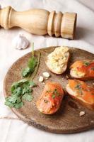ovos mexidos com salmão defumado, torradas de baguete foto