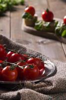 tomate cereja na mesa de madeira foto