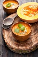 sopa de abóbora na placa de madeira foto
