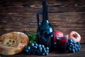 vinho georgiano com uvas foto
