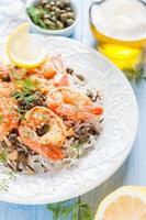 camarão frito com alcaparras, ervas e arroz selvagem