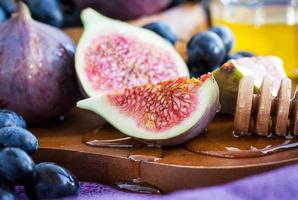 figos frescos e uva escura foto
