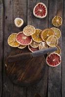 fatias de frutas cítricas secas foto